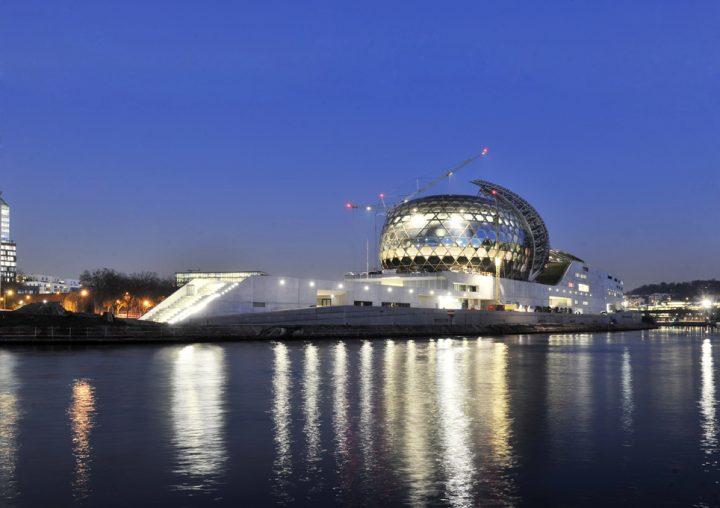 La Seine Musicale, nouvel écrin culturel de l'ouest parisien. L'auditorium de la Seine Musicale de l'île Seguin entouré d'une voile mobile faite de panneaux solaires. © Photo Didier Raux