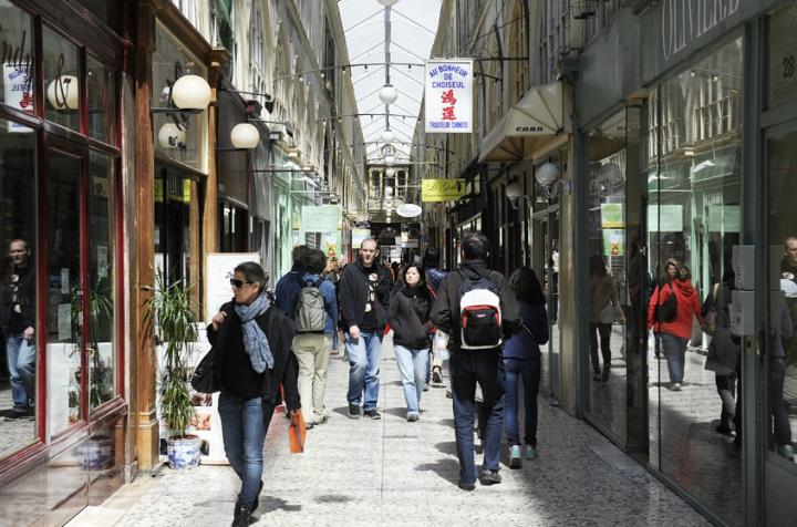 """Le """"Passage Choiseul"""" est, de tous les passages parisiens, « celui qui incarne le mieux le caractère de la rue : deux rangées de maisons sont en vis-à-vis, reliées seulement par une verrière décrochée. »"""