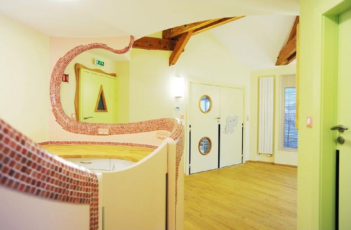 """Comme une maison de """"Hobbits"""", bâtiment en ossature bois avec de nombreuses courbes en forme de haricot. © Photos Didier Raux"""