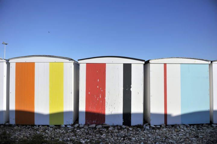Couleurs sur la plage de Karel Martens. Symboliques pour les Havrais, les cabanes rythment chaque été la plage du Havre en constituant à la fois un emblème du territoire et une mémoire pour ses habitants. © Photos Didier Raux