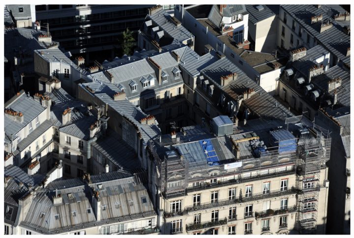 Si le « savoir-faire des couvreurs zingueurs parisiens » a été reconnu par l'État le 27 juin dernier, les toits de Paris pourraient aussi prétendre à une inscription au patrimoine mondial de l'UNESCO… © Photos Didier Raux