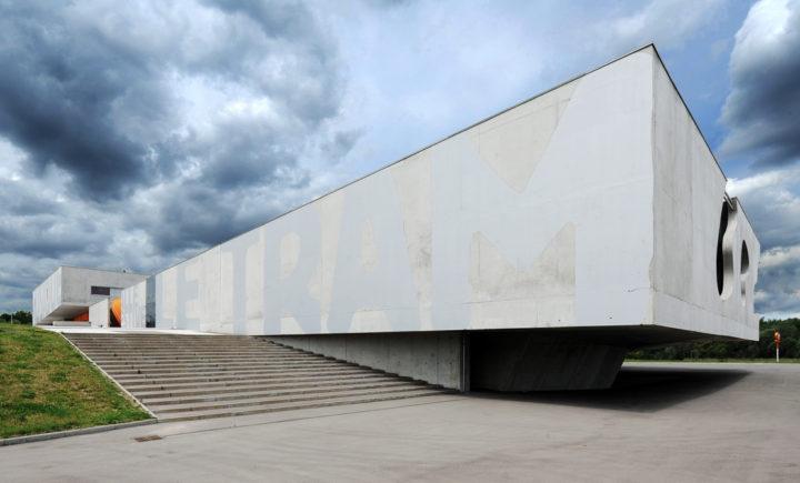 Le conservatoire de musique est un parallélépipède de béton brut, quasi en lévitation, de 100 mètres de long sur 40 mètres de large, arborant un impressionnant porte-à-faux de 16 mètres. © Photos Didier Raux